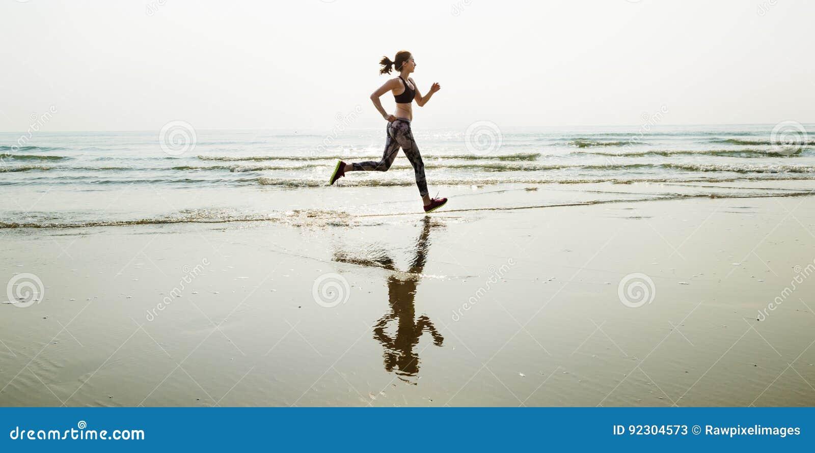 Corra a sprint do esporte da areia do mar relaxam o conceito da praia do exercício