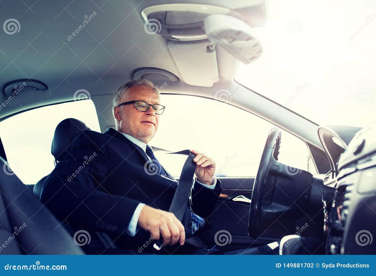 Correa mayor del asiento de carro de la cerradura del hombre de negocios