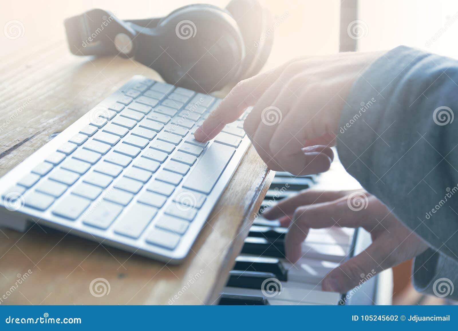 Correcte ingenieur die de gitaar, piano spelen en één of andere audio in een huisstudio mengen