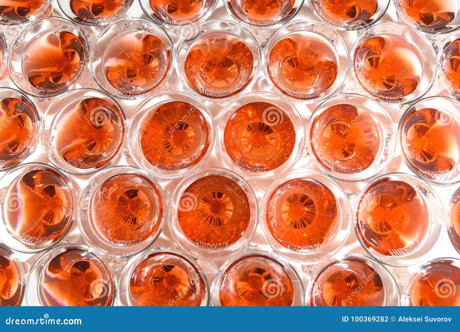 Corrediça de Champagne Pirâmide ou fonte feita de vidros do champanhe com cereja e vapor do gelo seco