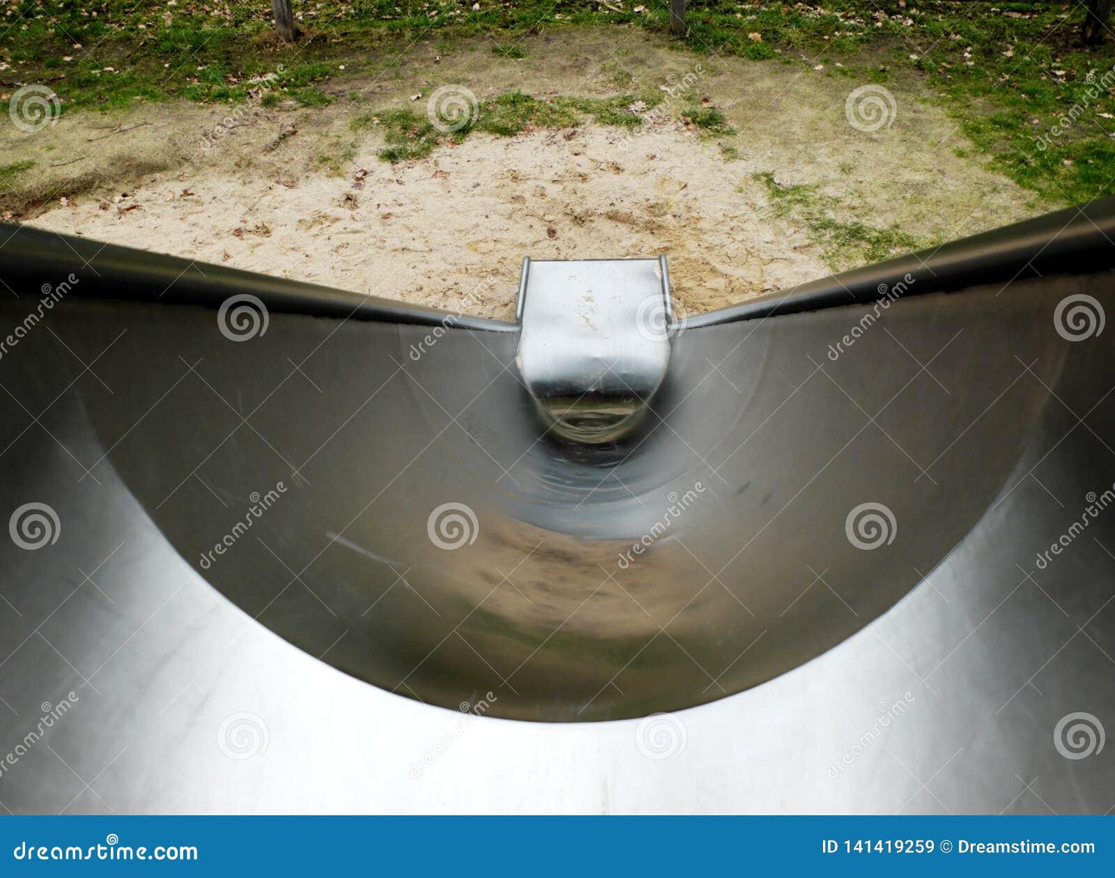 Corrediça do metal no campo de jogos das crianças, -para baixo à vista