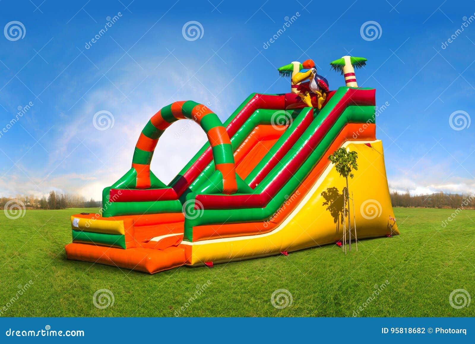 Corrediça inflável colorida enorme no campo de jogos