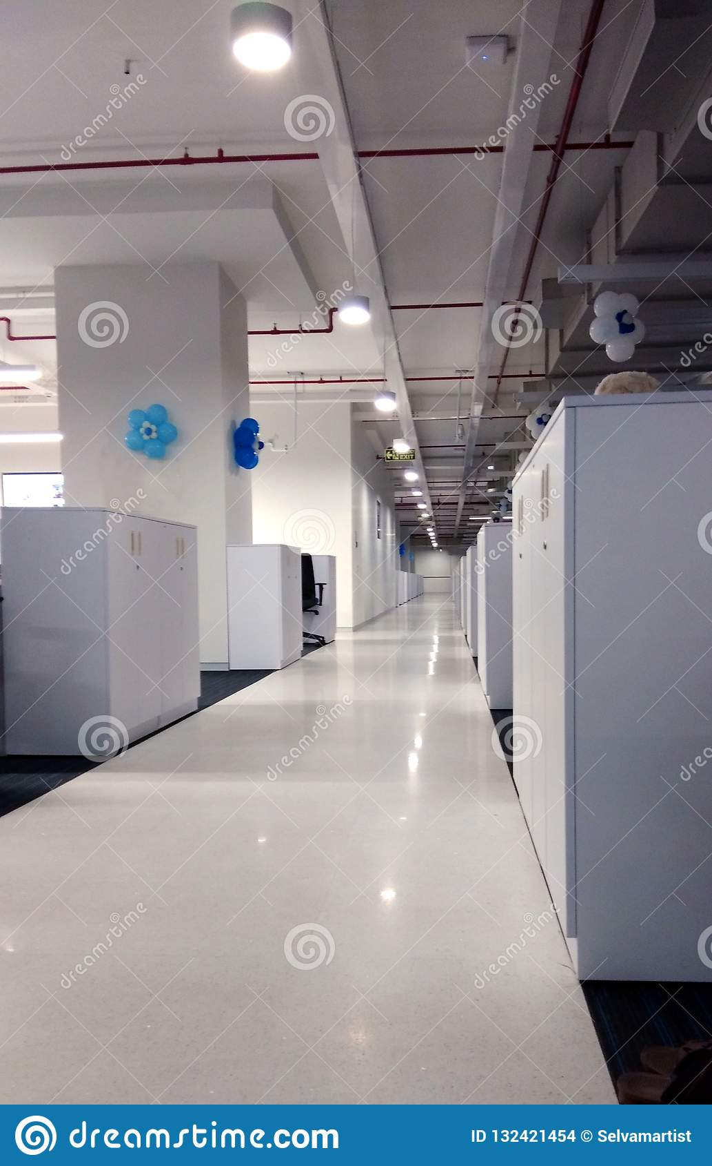 Corredor da estação de trabalho uma empresa da tecnologia da informação