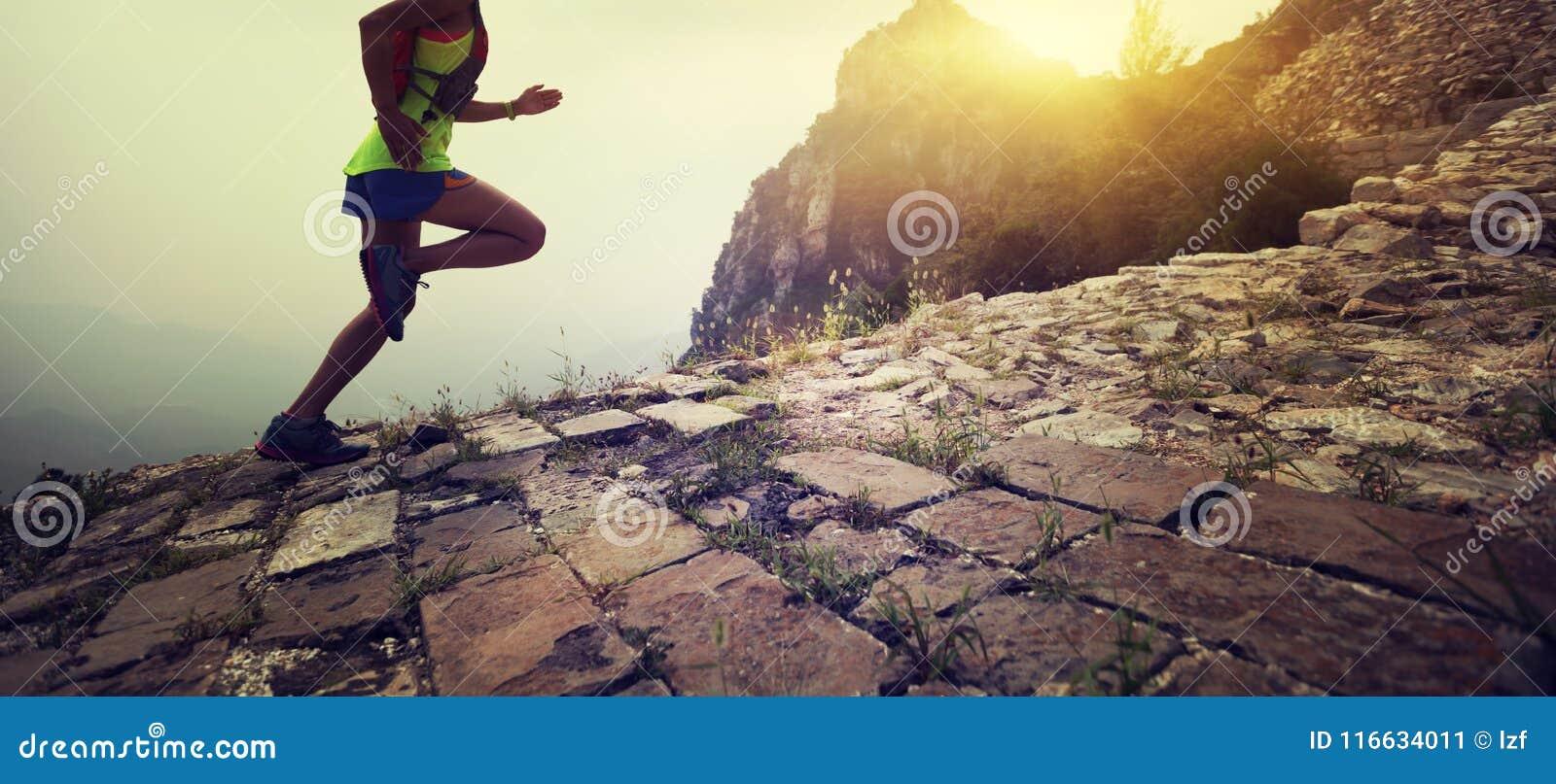 Corredor da fuga da mulher na parte superior do Grande Muralha da montanha