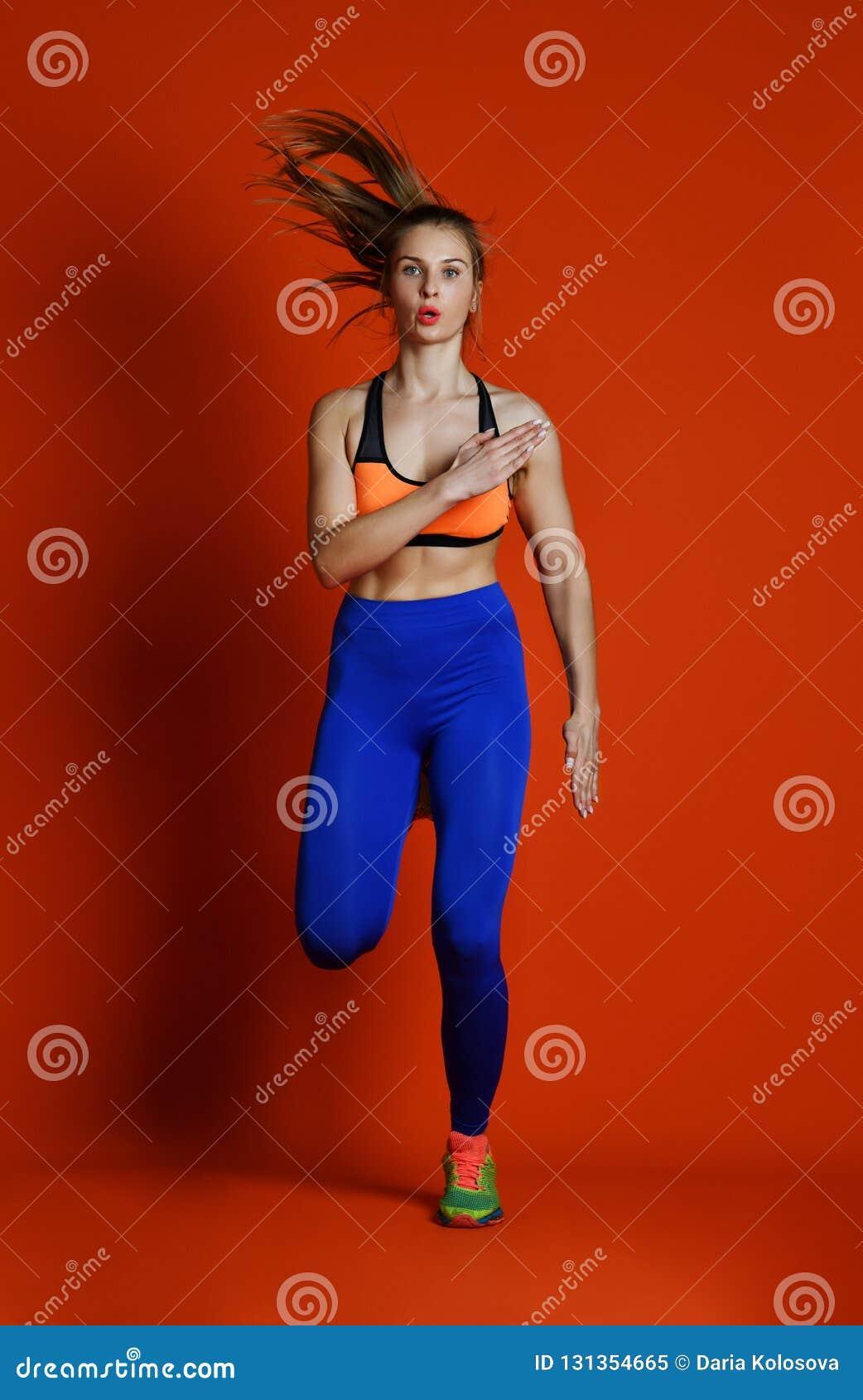Corredor da mulher na silhueta isolada no fundo vermelho movimento dinâmico Esporte e estilo de vida saudável