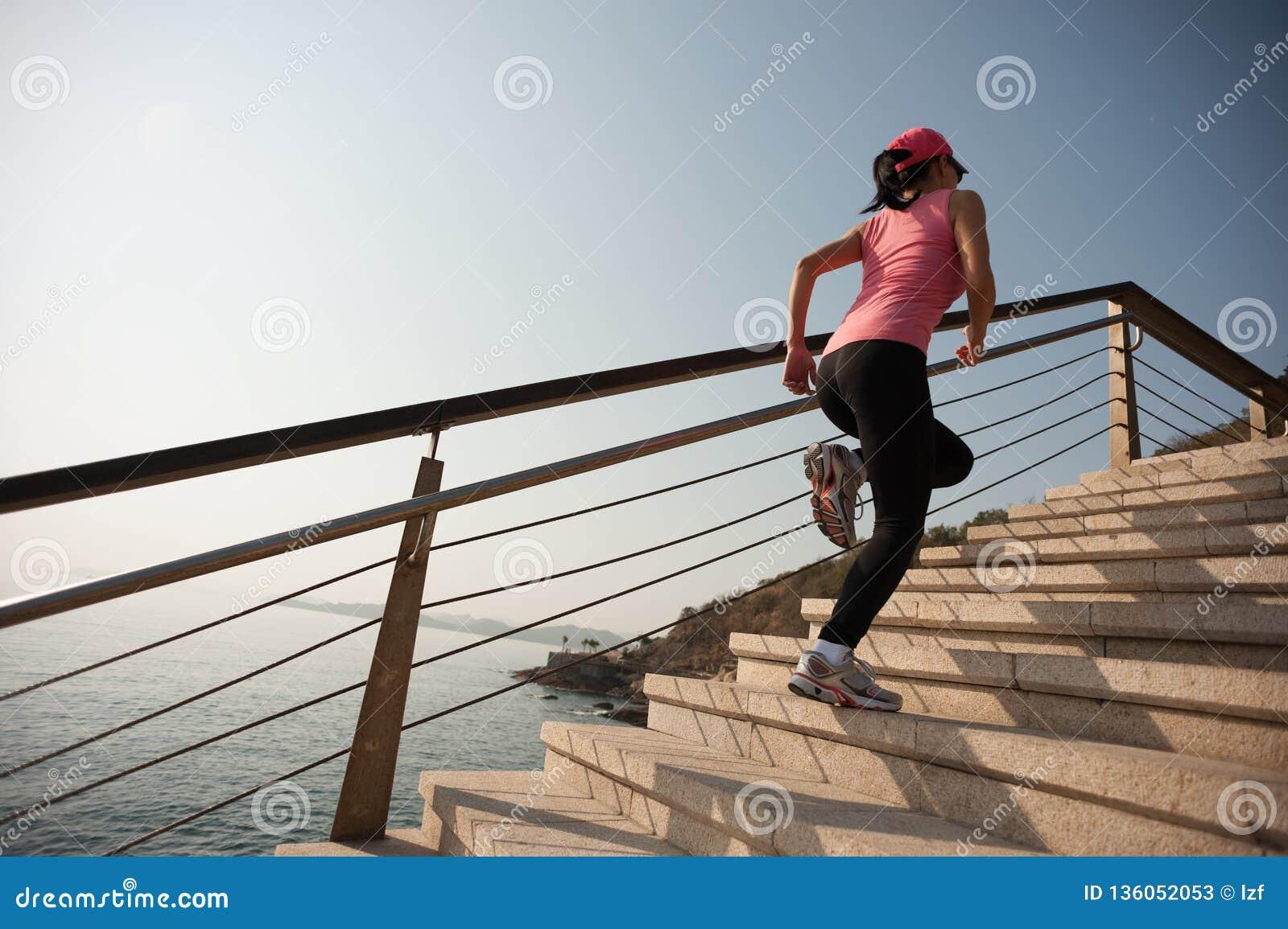 Corredor da mulher no passeio do beira-mar