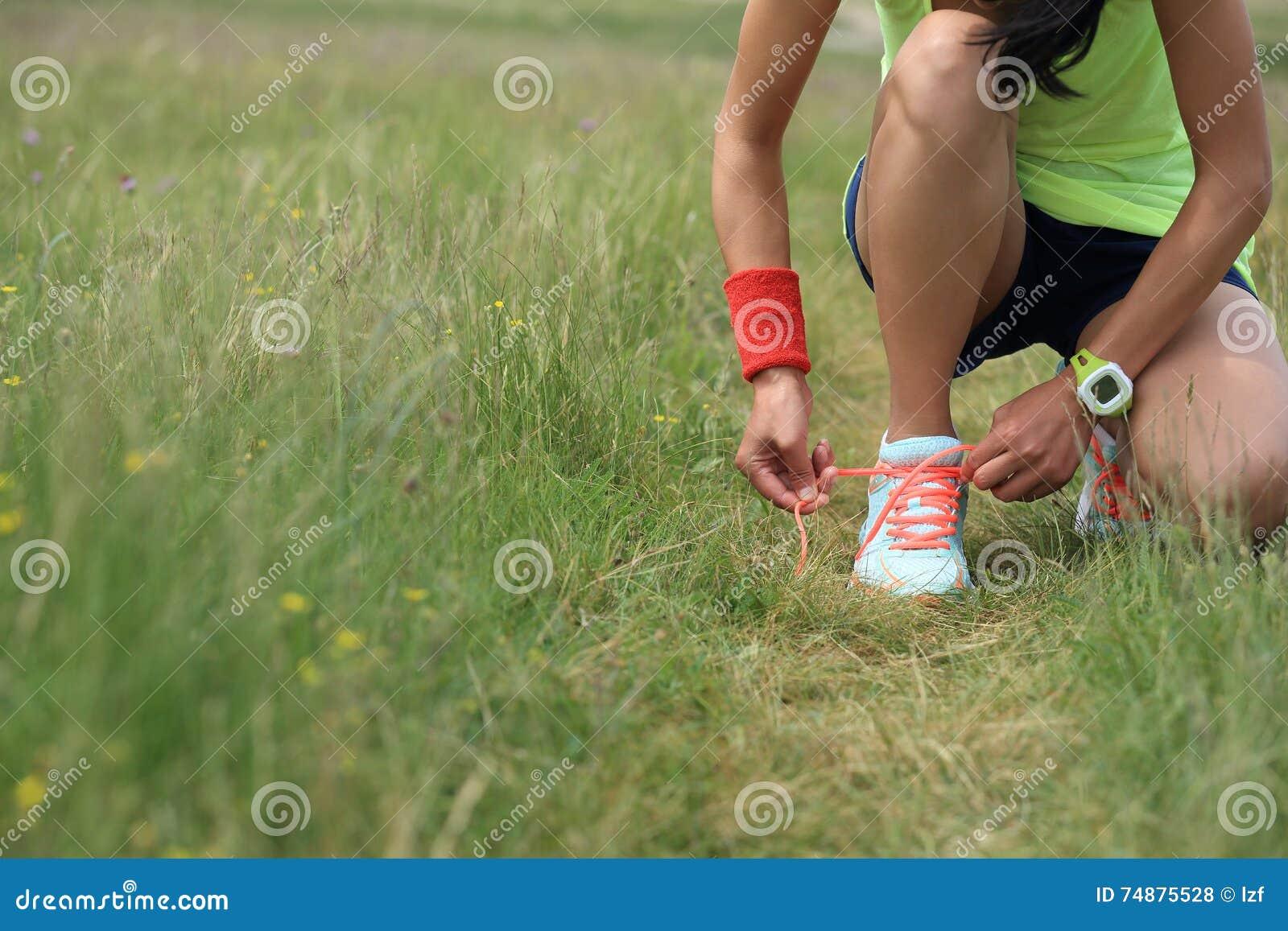 Corredor da mulher que amarra o laço na fuga de natureza