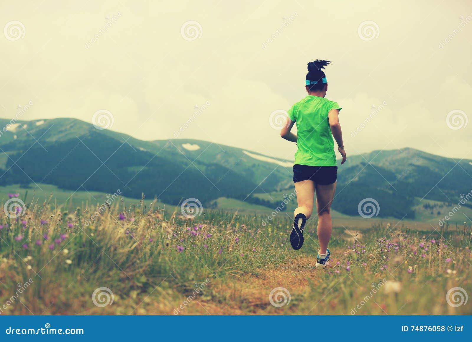 Corredor da mulher que corre na fuga de natureza