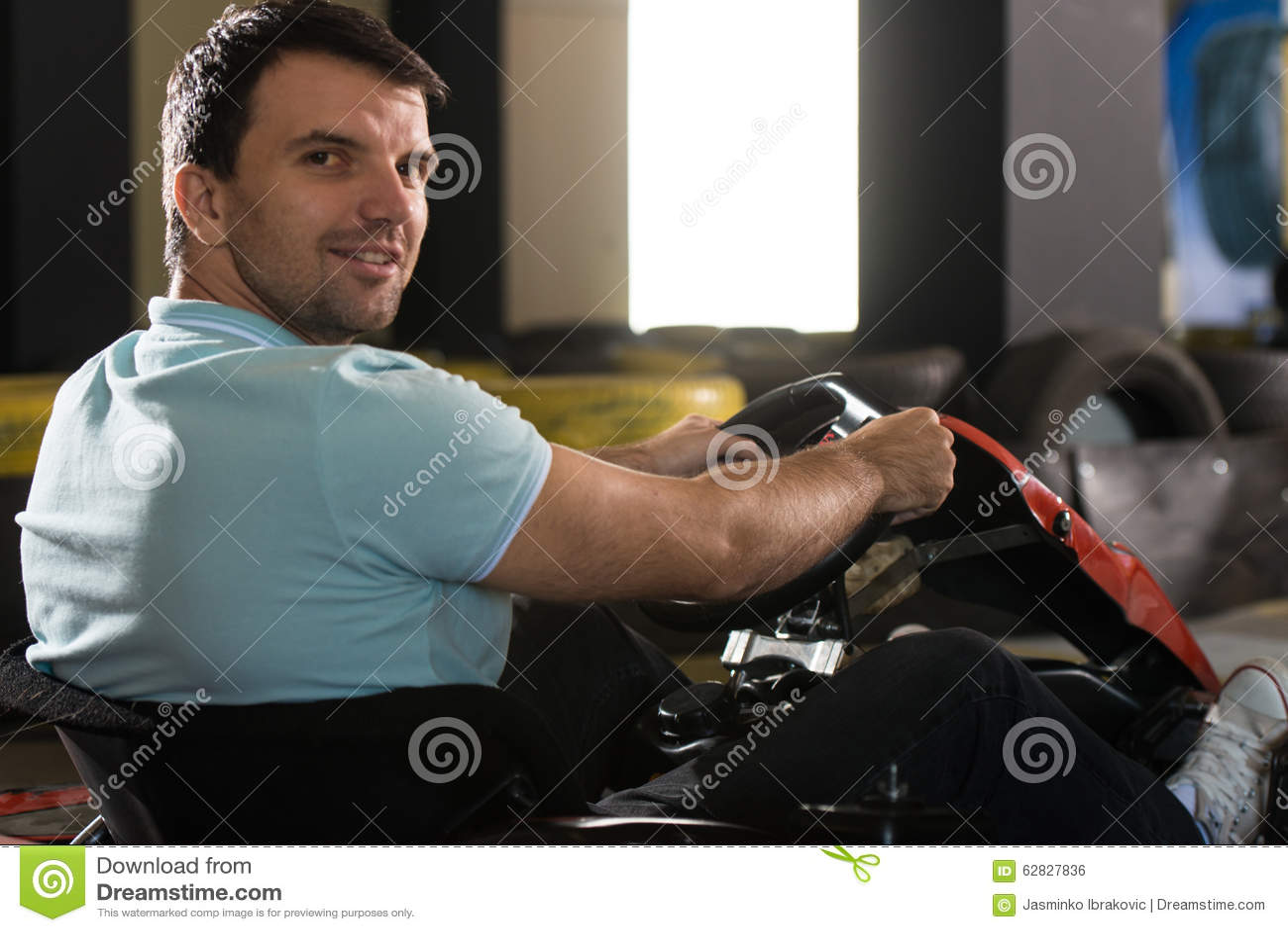 Corredor de Karting del hombre joven