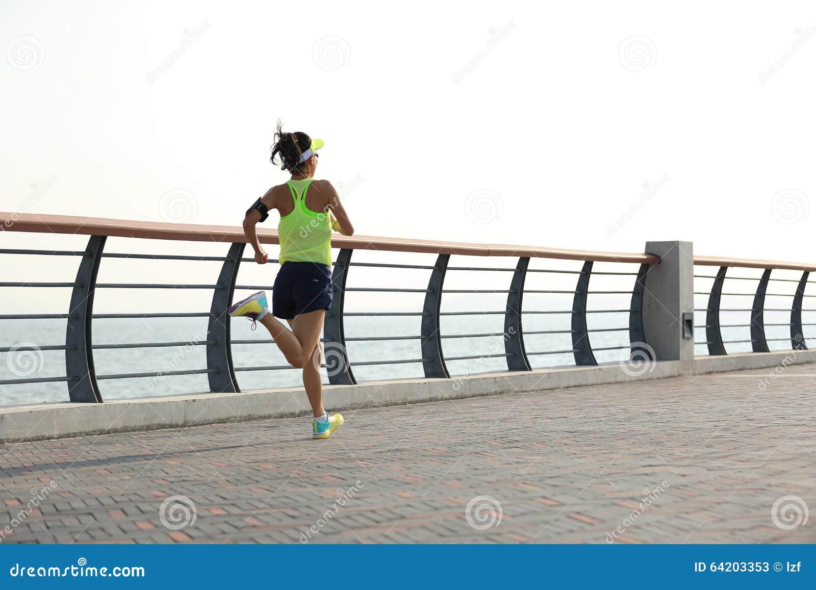 Corredor de la mujer que corre en la playa