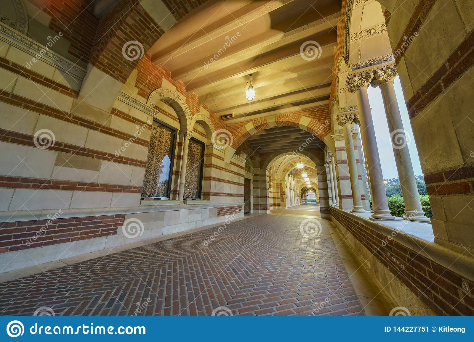 Corredor de Royce Hall