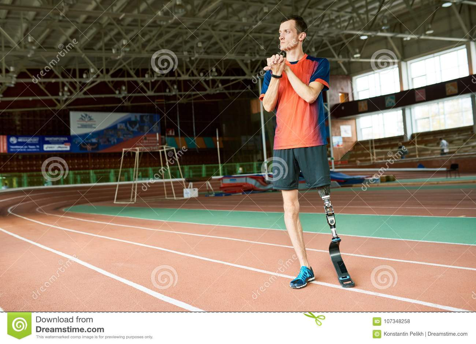 Corredor deficiente pronto para treinar no estádio