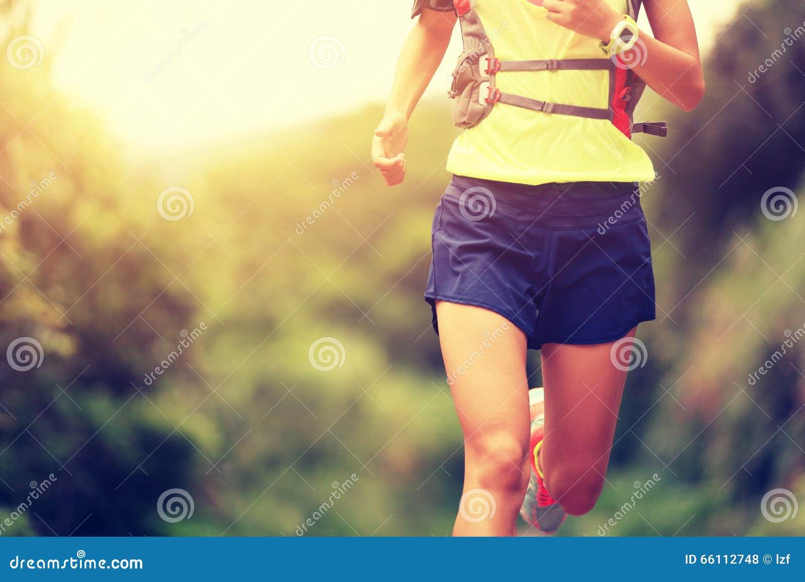 Corredor del rastro de la mujer de la aptitud que corre en rastro