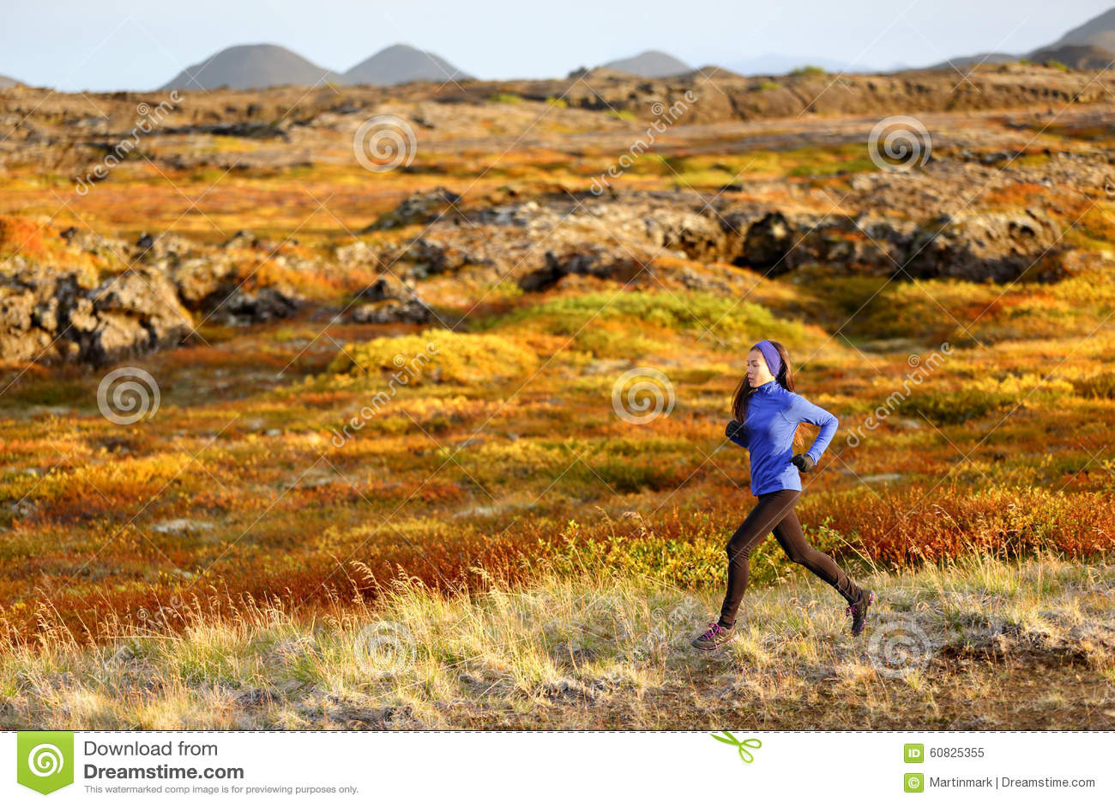 Corredor del rastro de la mujer que corre en paisaje de la montaña