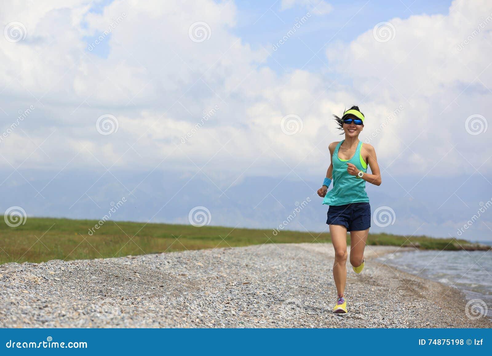 Corredor del rastro de la mujer que corre en rastro hermoso