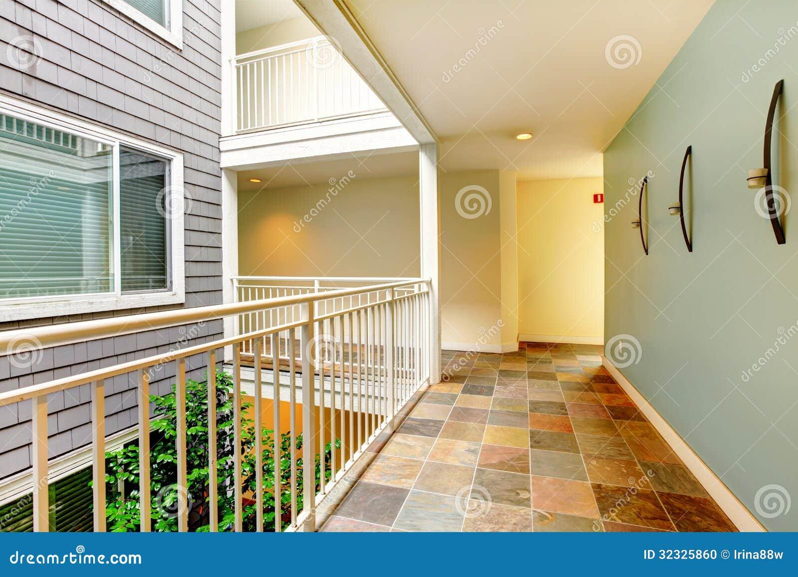 Corredor e porta modernos do pr dio de apartamentos perto for Portas de apartamentos modernas