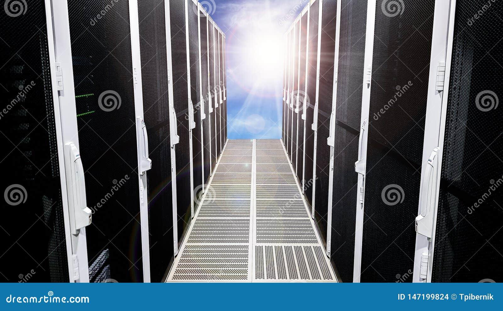 Corredor grande moderno do corredor da sala do servidor de dados com as cremalheiras altas completas de servidores de rede e de l