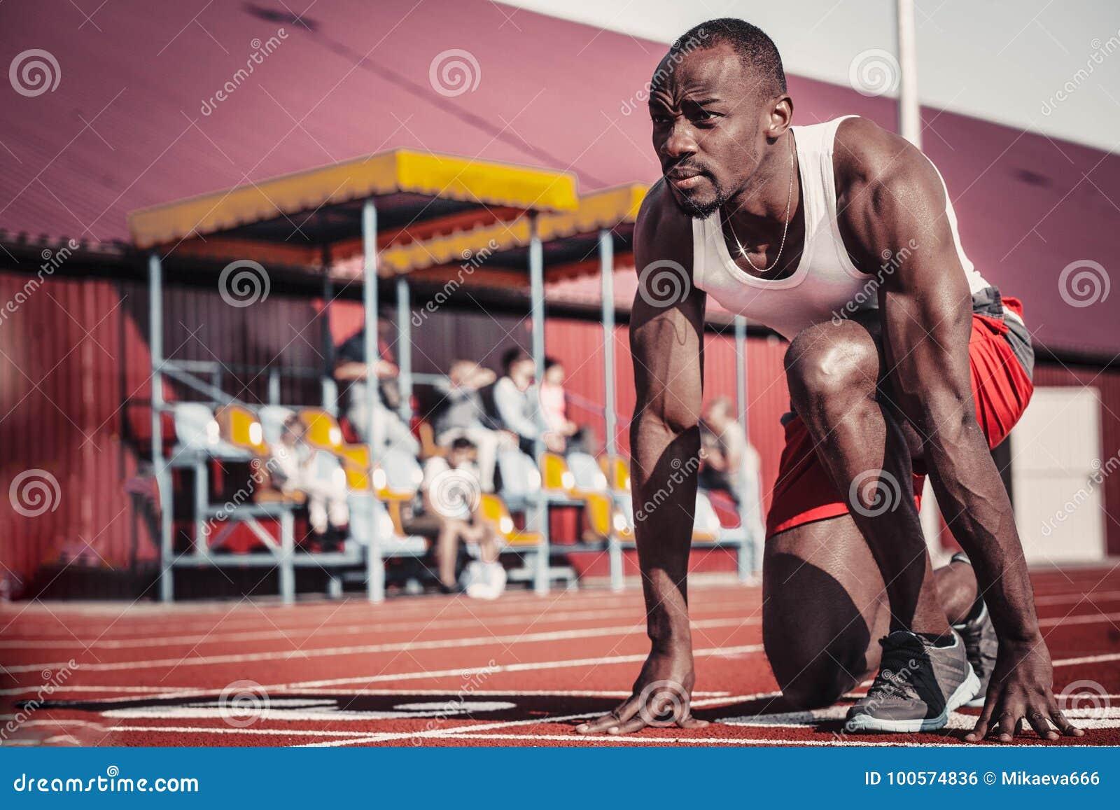 Corredor masculino negro con un look ahead útil al principio