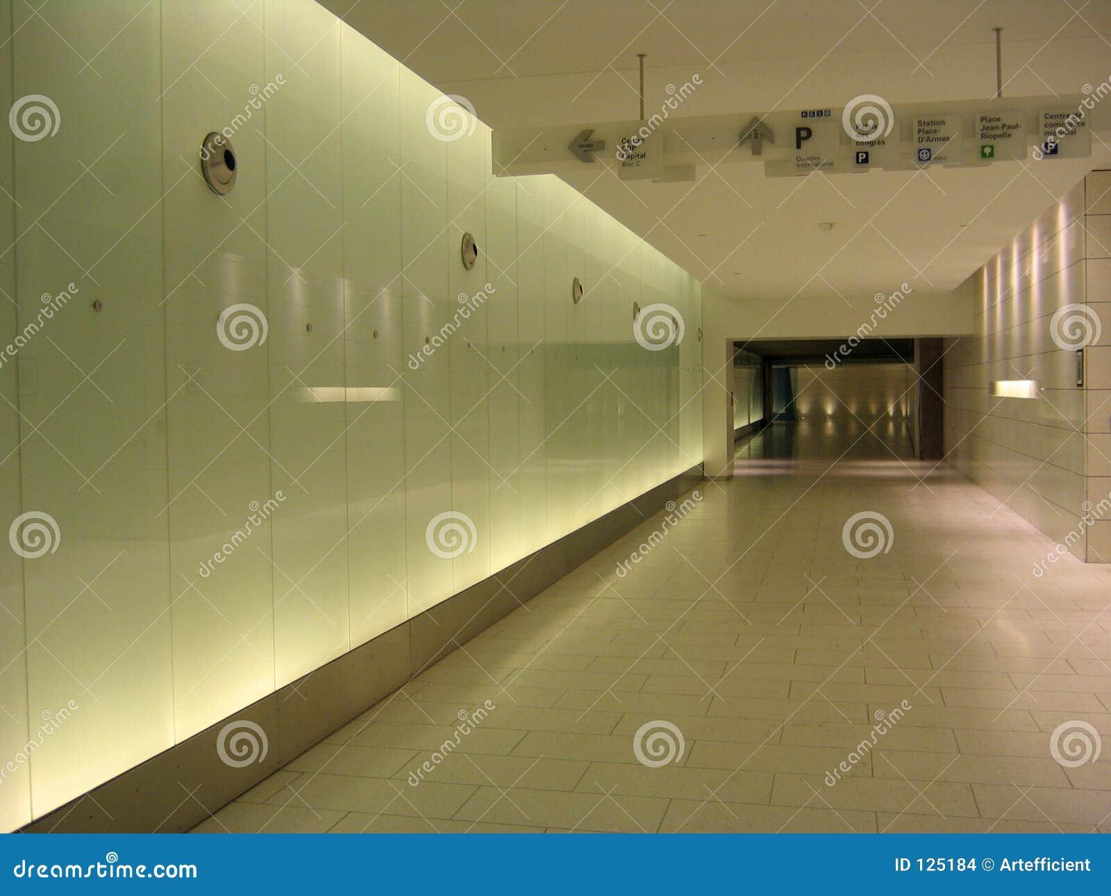 Corredor subterrâneo com sinais e as paredes back-lighted
