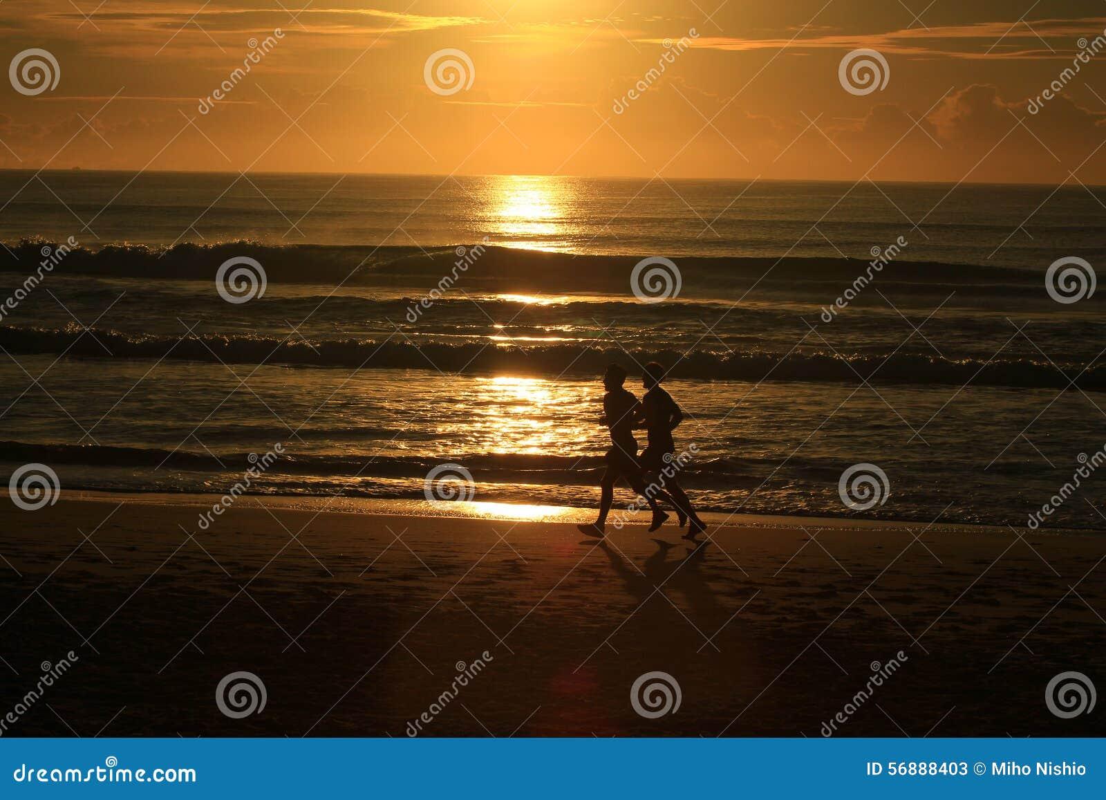 Correndo lungo la spiaggia con alba