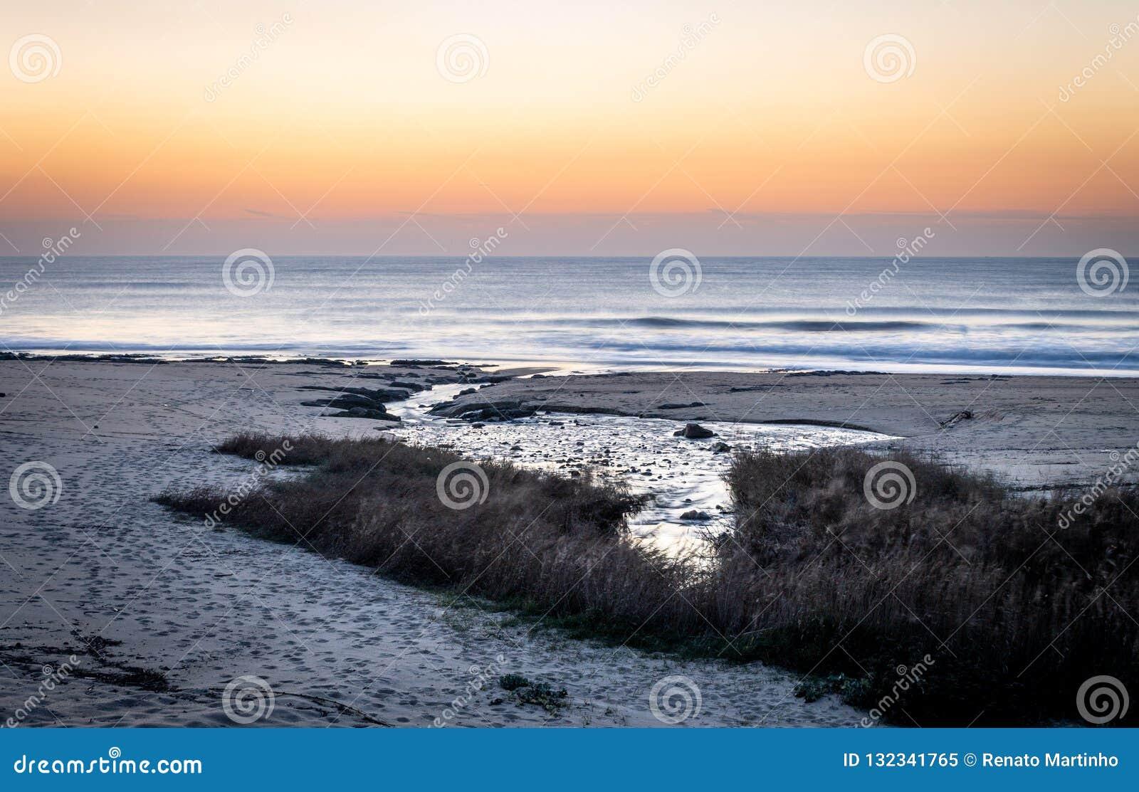 Corrente dell acqua verso l oceano al tramonto