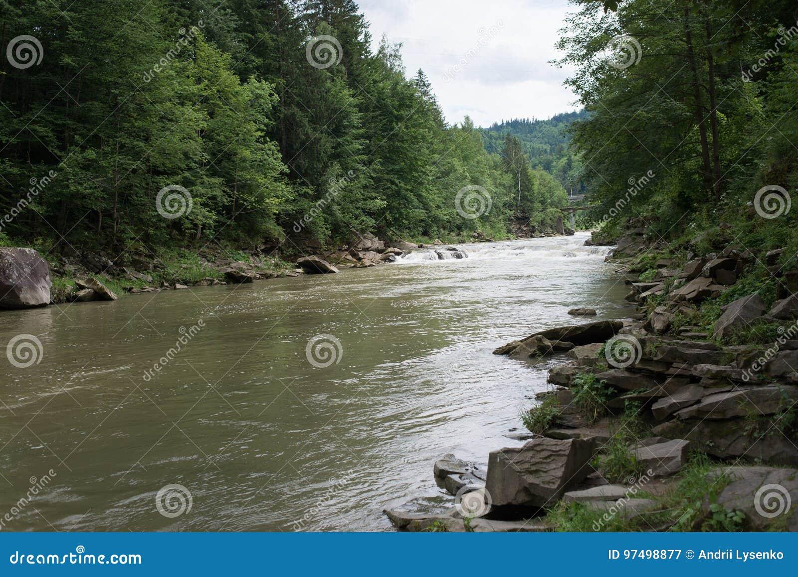 Corrente di piccolo fiume calmo