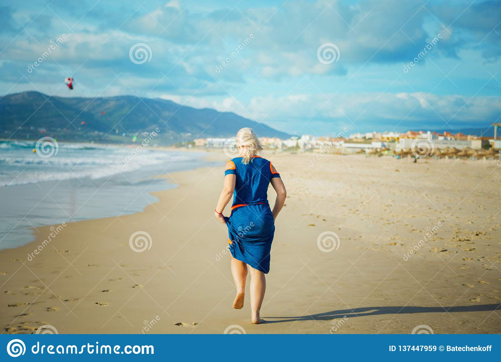 Corridas da mulher no Sandy Beach