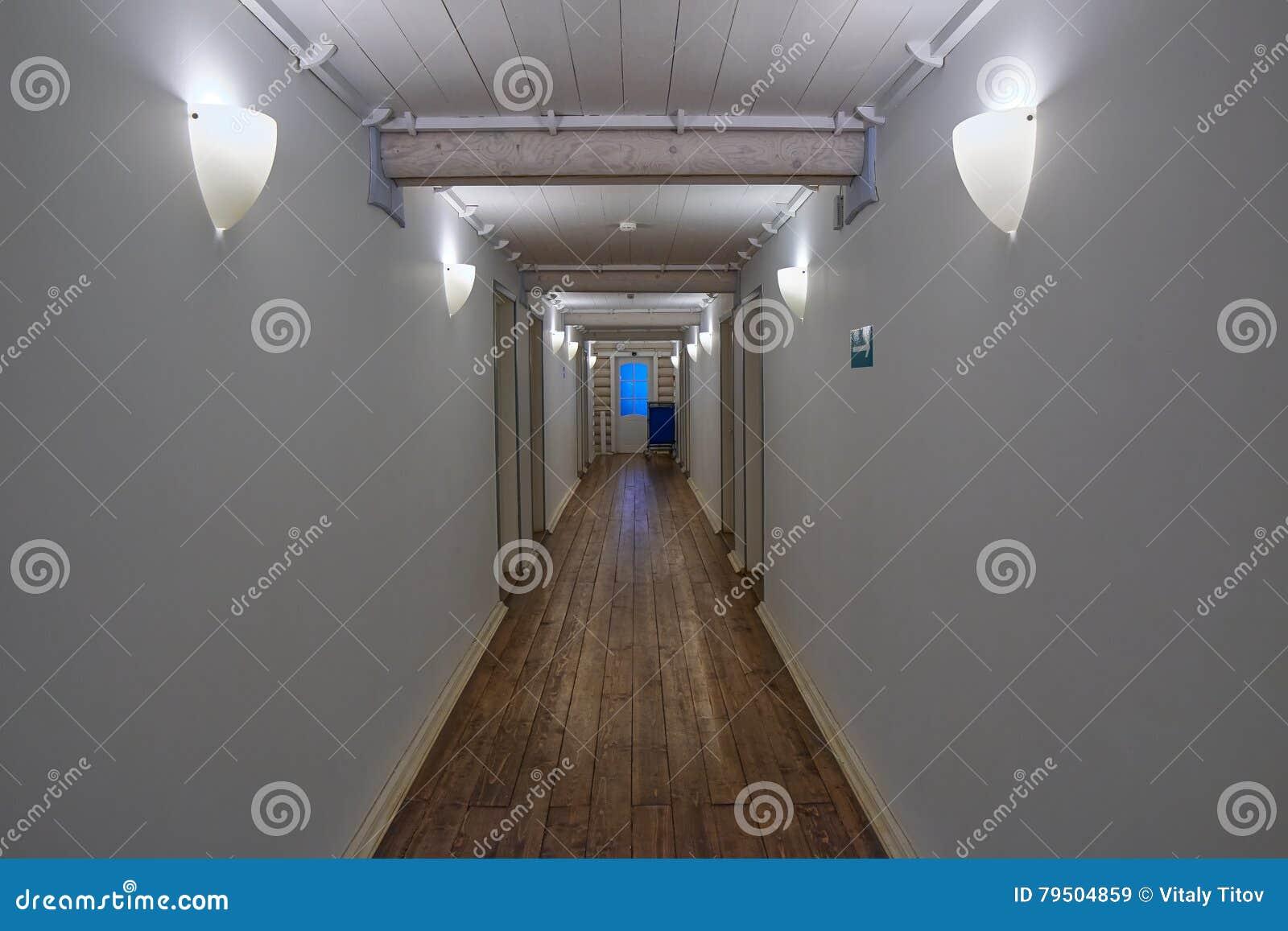 Corridoio Lungo Casa : Corridoio bianco lungo di una casa di legno immagine stock