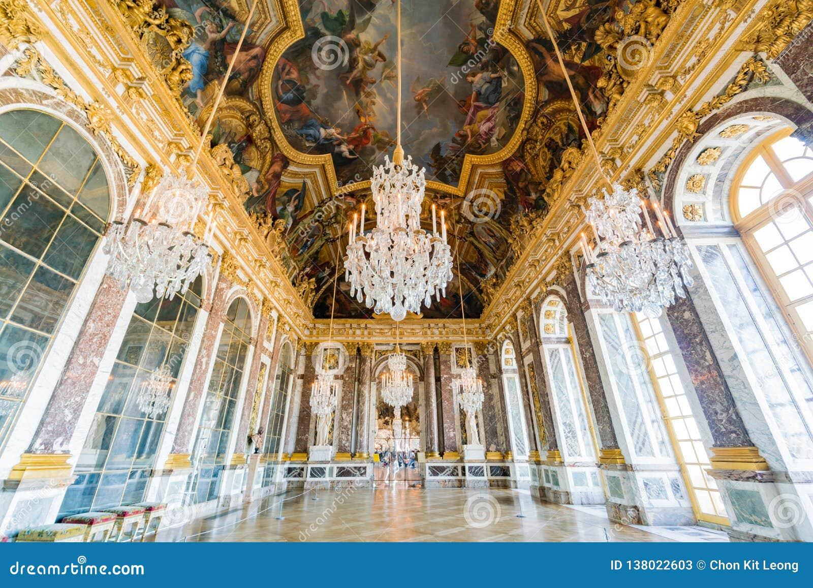 Corridoio degli specchi del palazzo famoso di Versailles