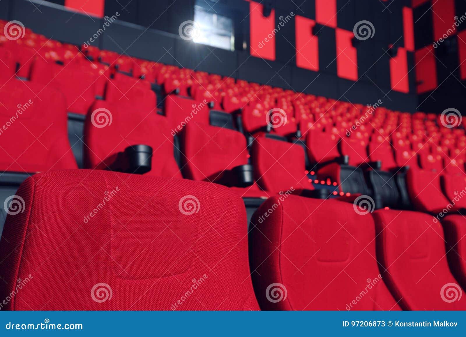Poltrone Cinema.Corridoio Del Cinema Con Le Poltrone Rosse Immagine Stock Immagine