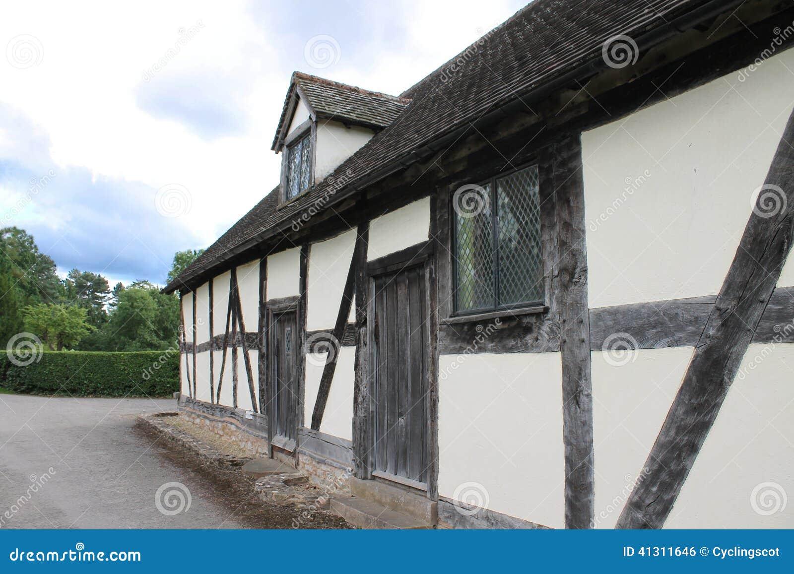Lungo Il Corridoio In Inglese : Corridoio della chiesa e casa a graticcio medievali inglesi della