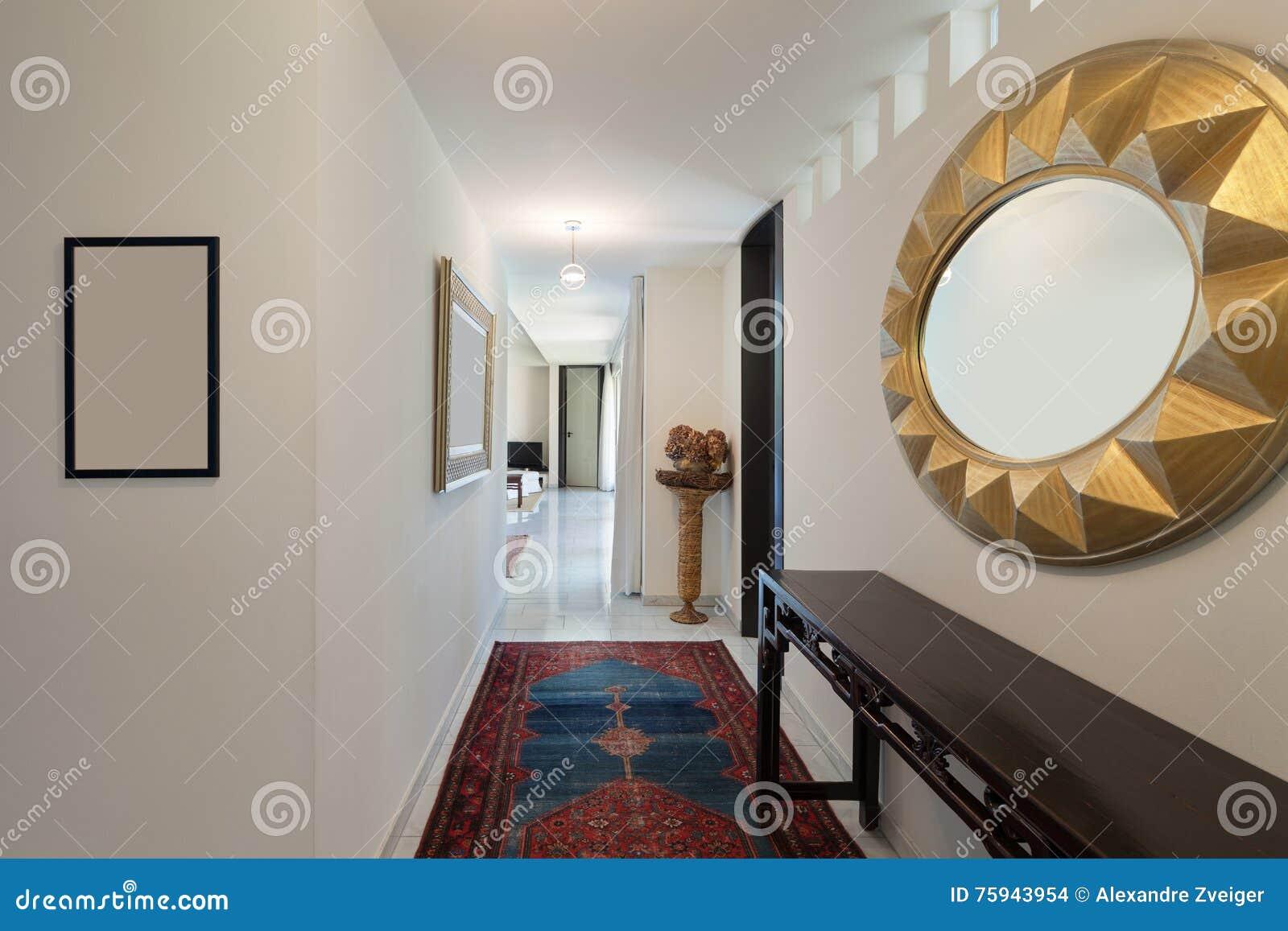 Corridoio di una casa moderna fotografia stock immagine for Casa di tronchi moderna