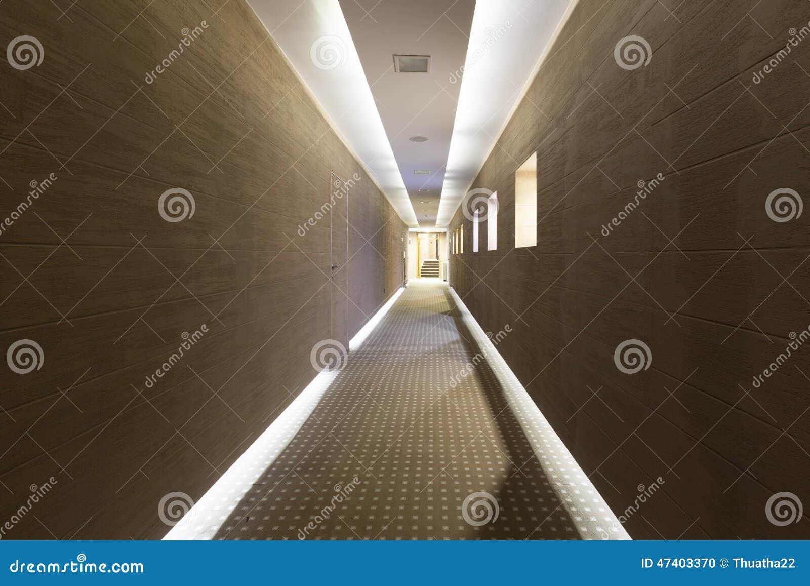 Plafoniere Per Hotel : Corridoio lungo dell hotel con il pavimento e le plafoniere