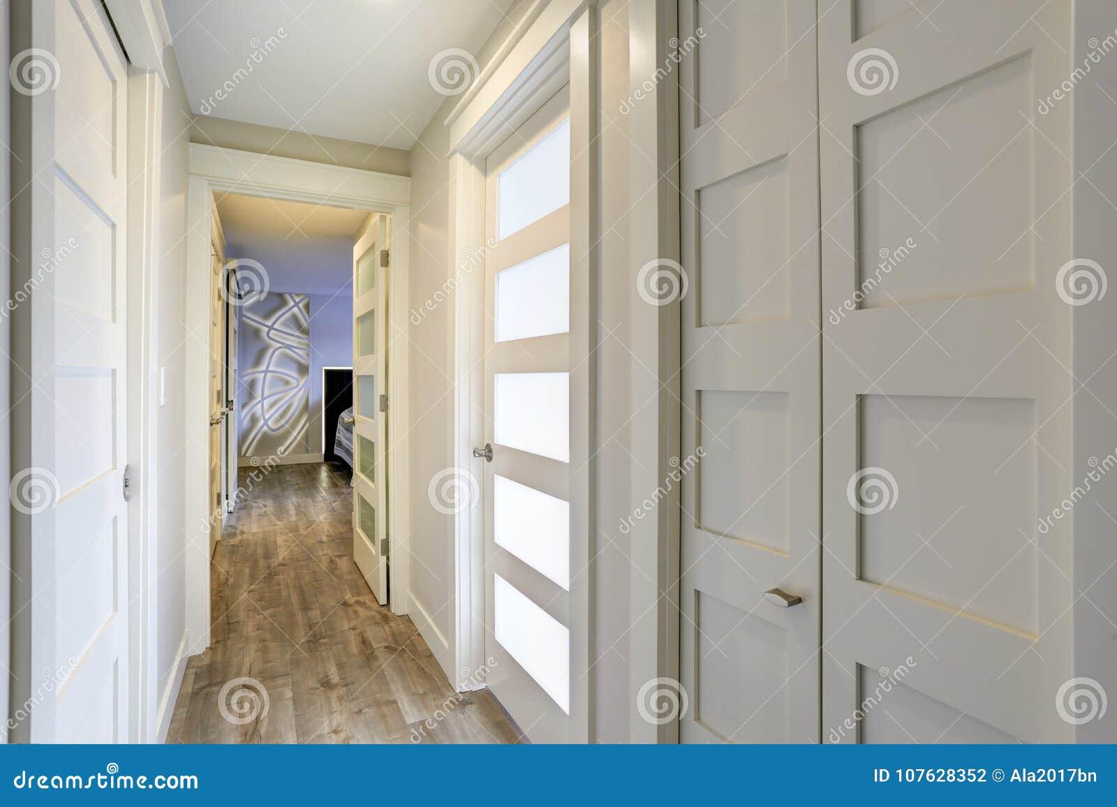 Corridoio Lungo Stretto : Corridoio lungo e stretto con le porte bianche accentate con i