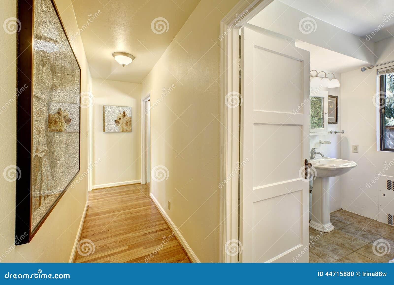 Corridoio stretto con l 39 uscita al bagno fotografia stock - Inculata al bagno ...