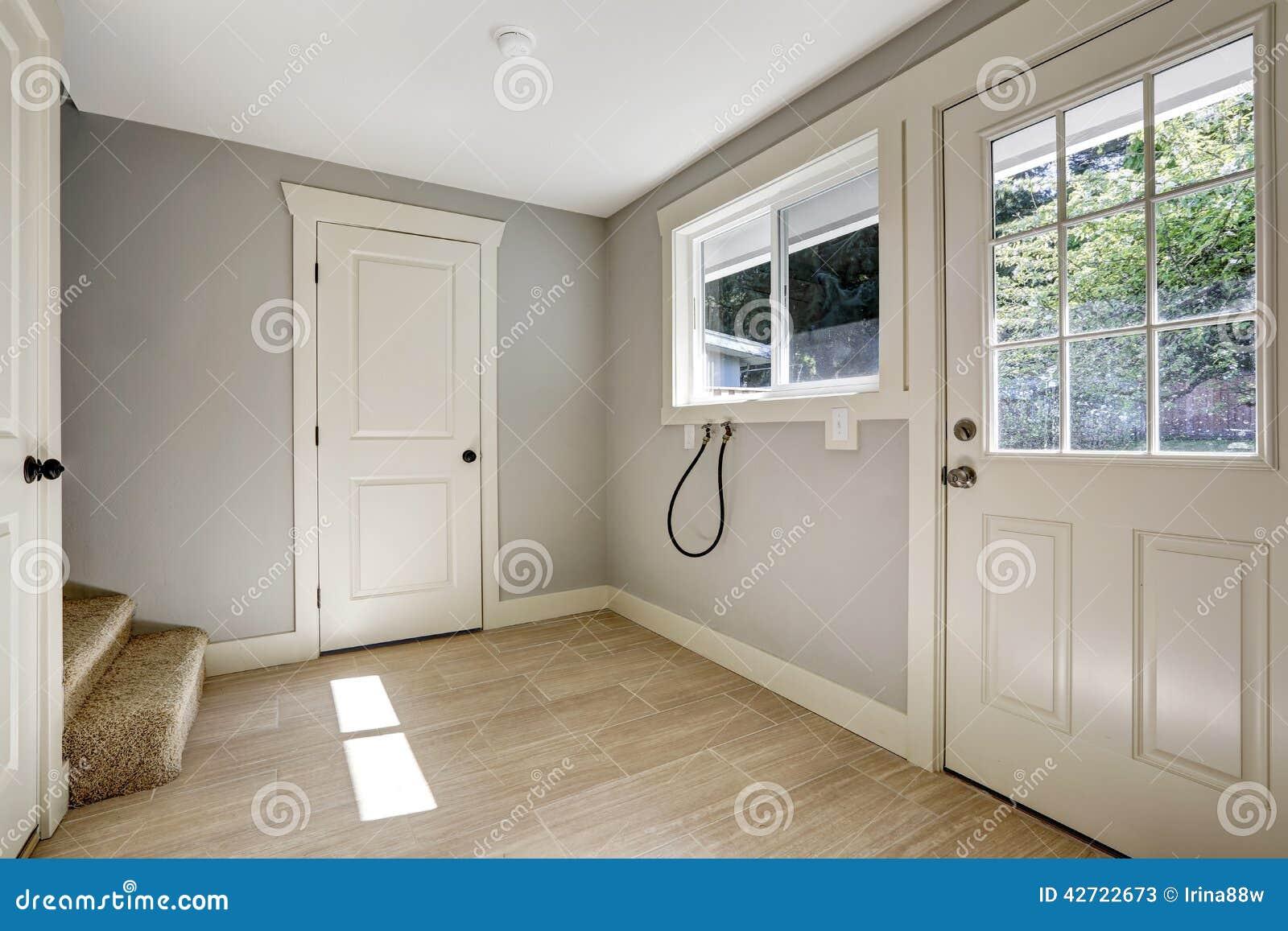 Corridoio vuoto con la porta di entrata e della pavimentazione in