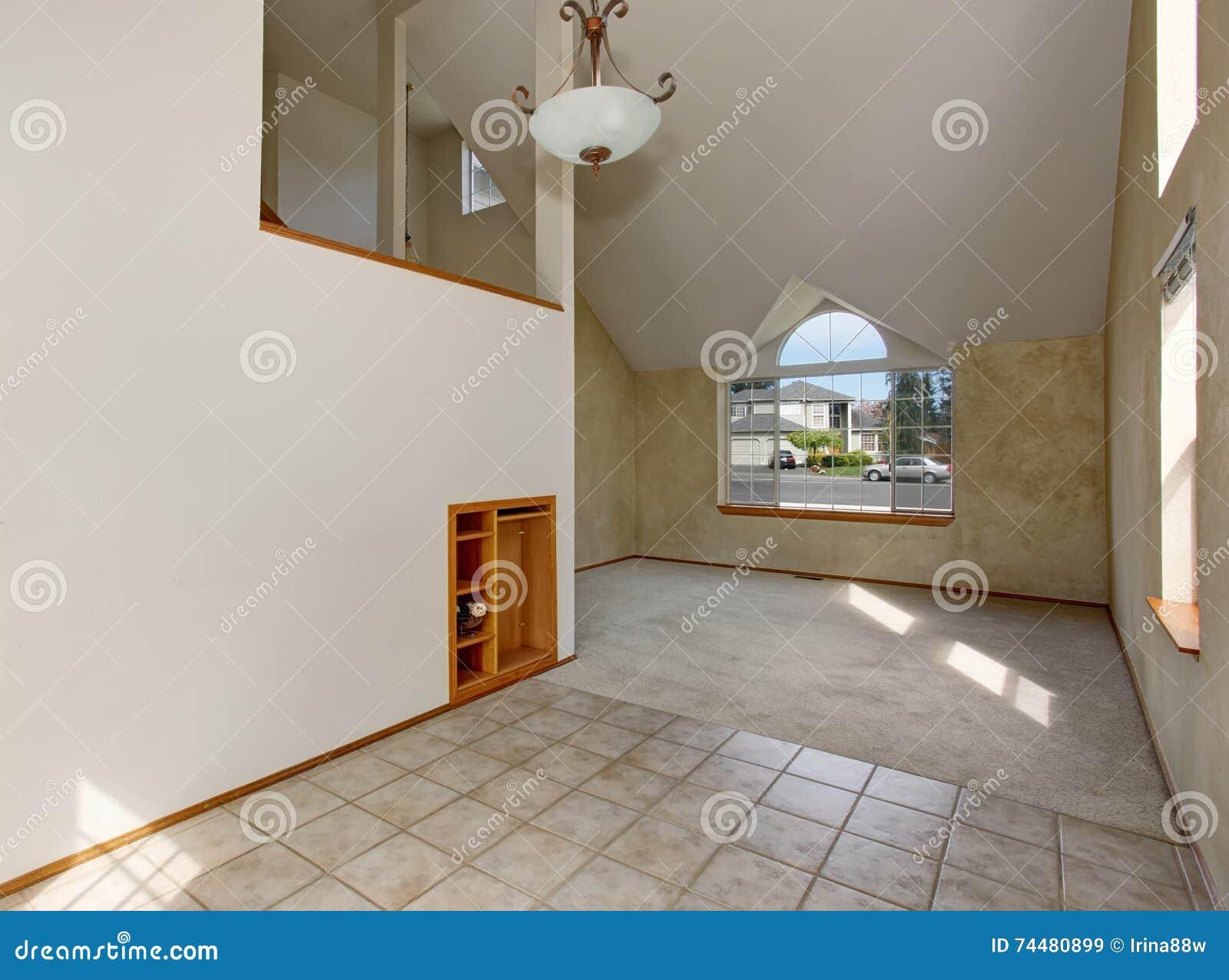 Corridoio vuoto esteriore con il grande pavimento della finestra