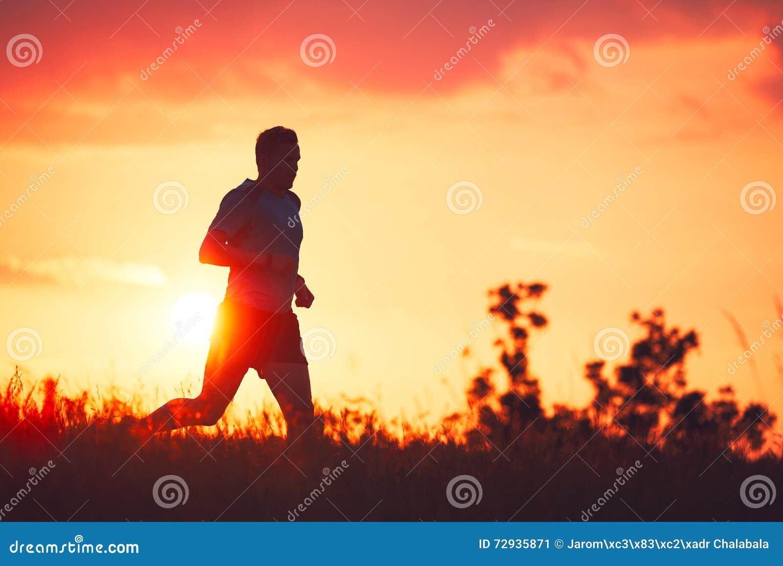 Corridore atletico al tramonto