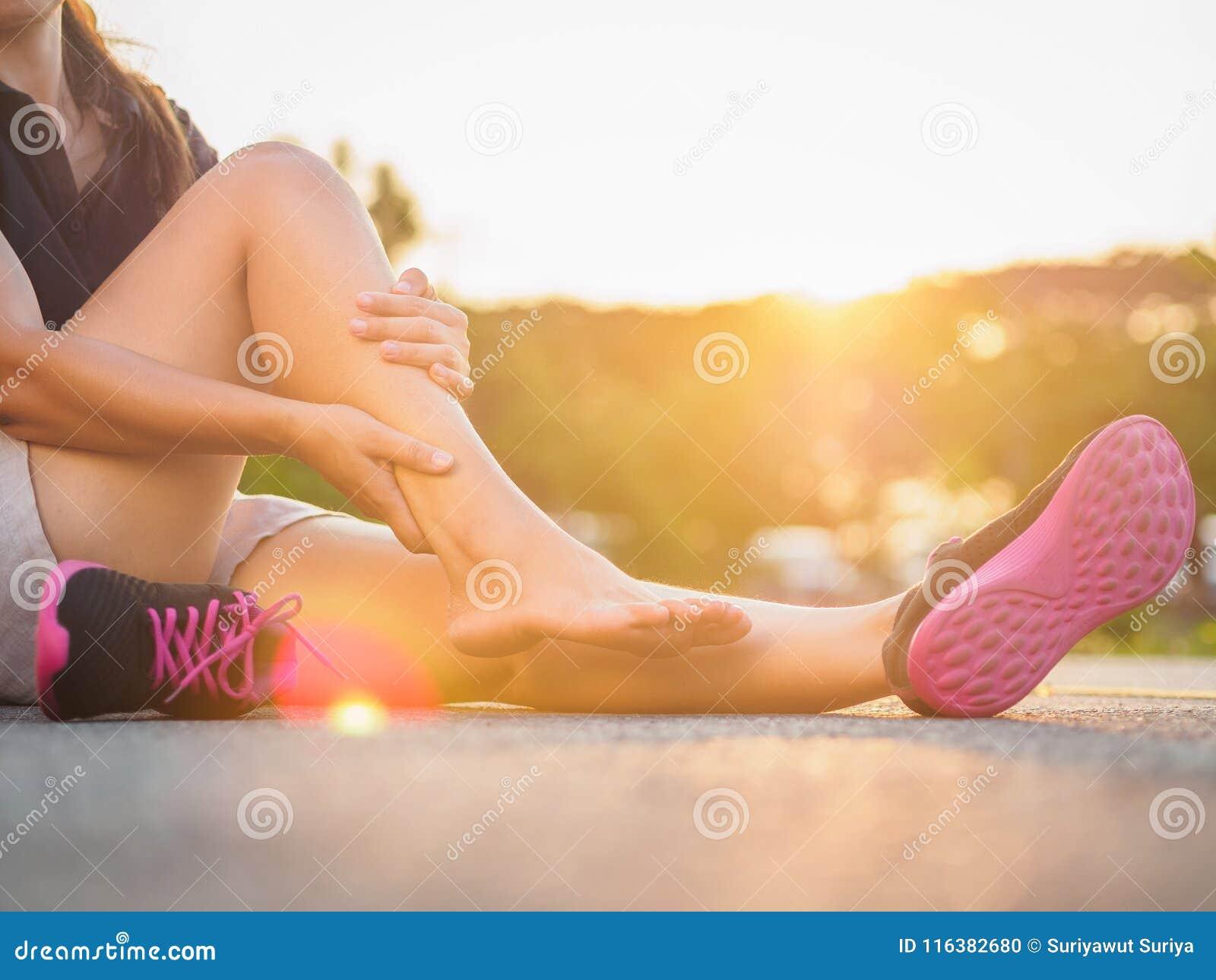 Corridore corrente della donna di sport di incidente della gamba di lesione che danneggia tenuta