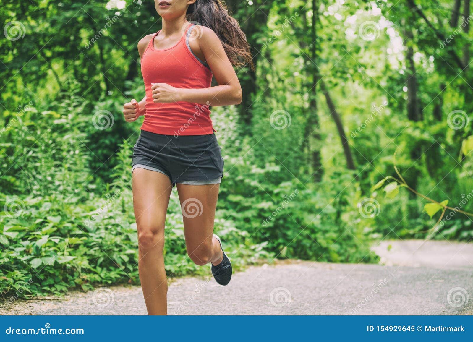 Corridore della donna sulla corsa di maratona di funzionamento della città che esegue pareggiare all aperto nello stile di vita a