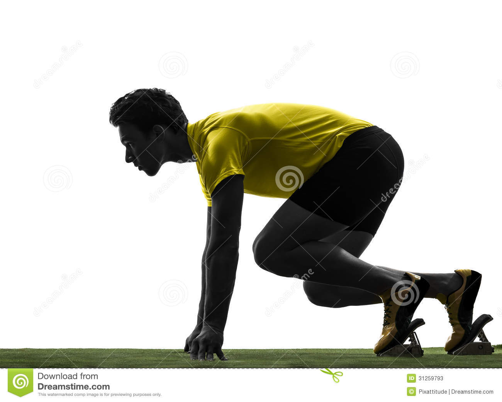 Corridore dello sprinter del giovane nella siluetta dei blocchetti iniziare