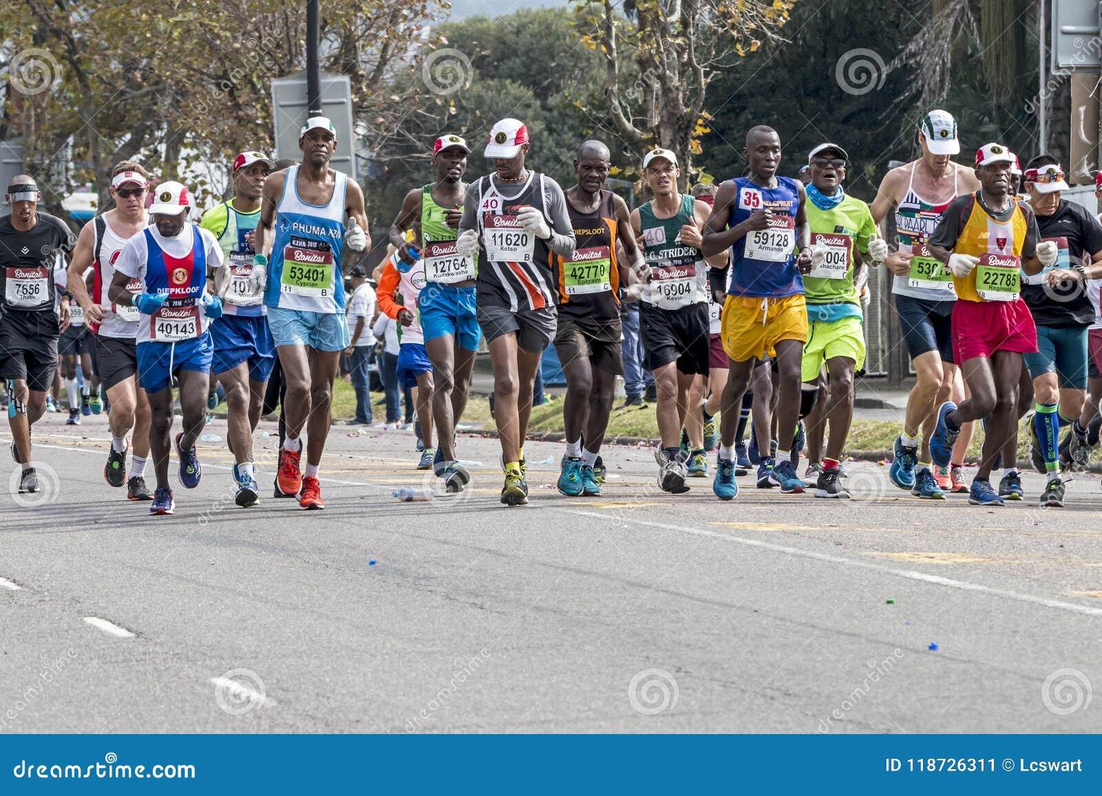 Corridori che partecipano ai camerati Marathon nel Sudafrica