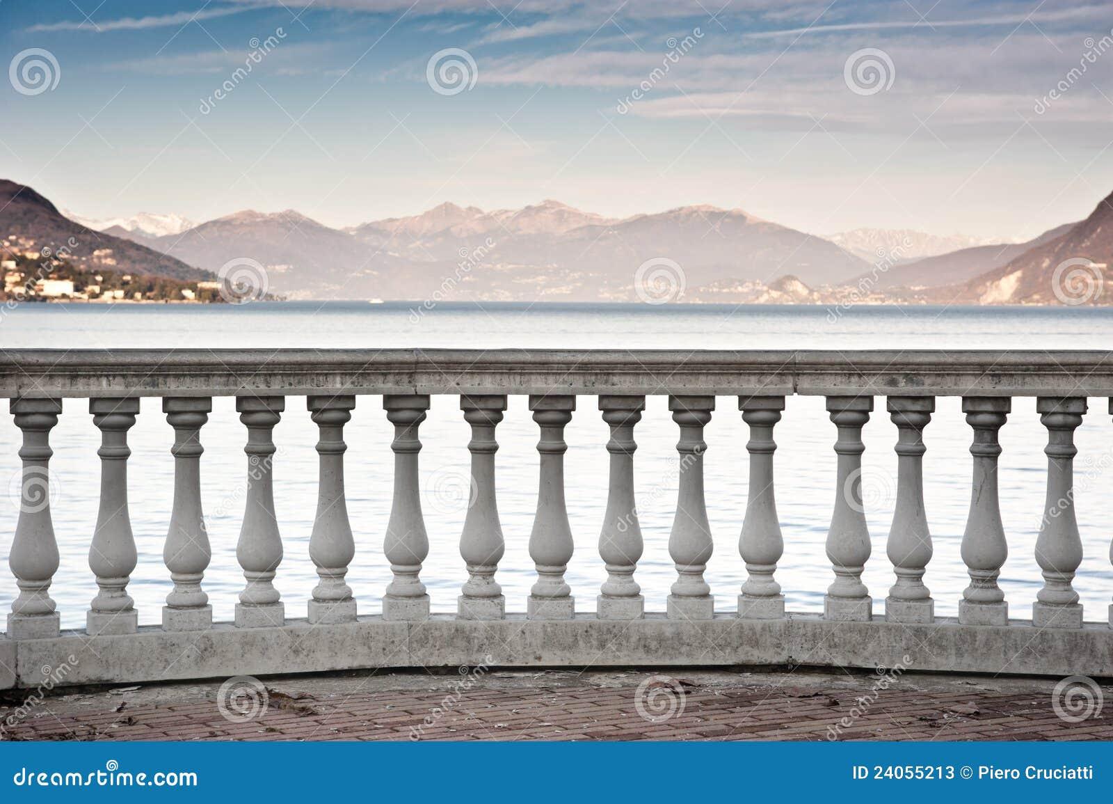 Corrimão clássico da coluna de Maggiore do lago