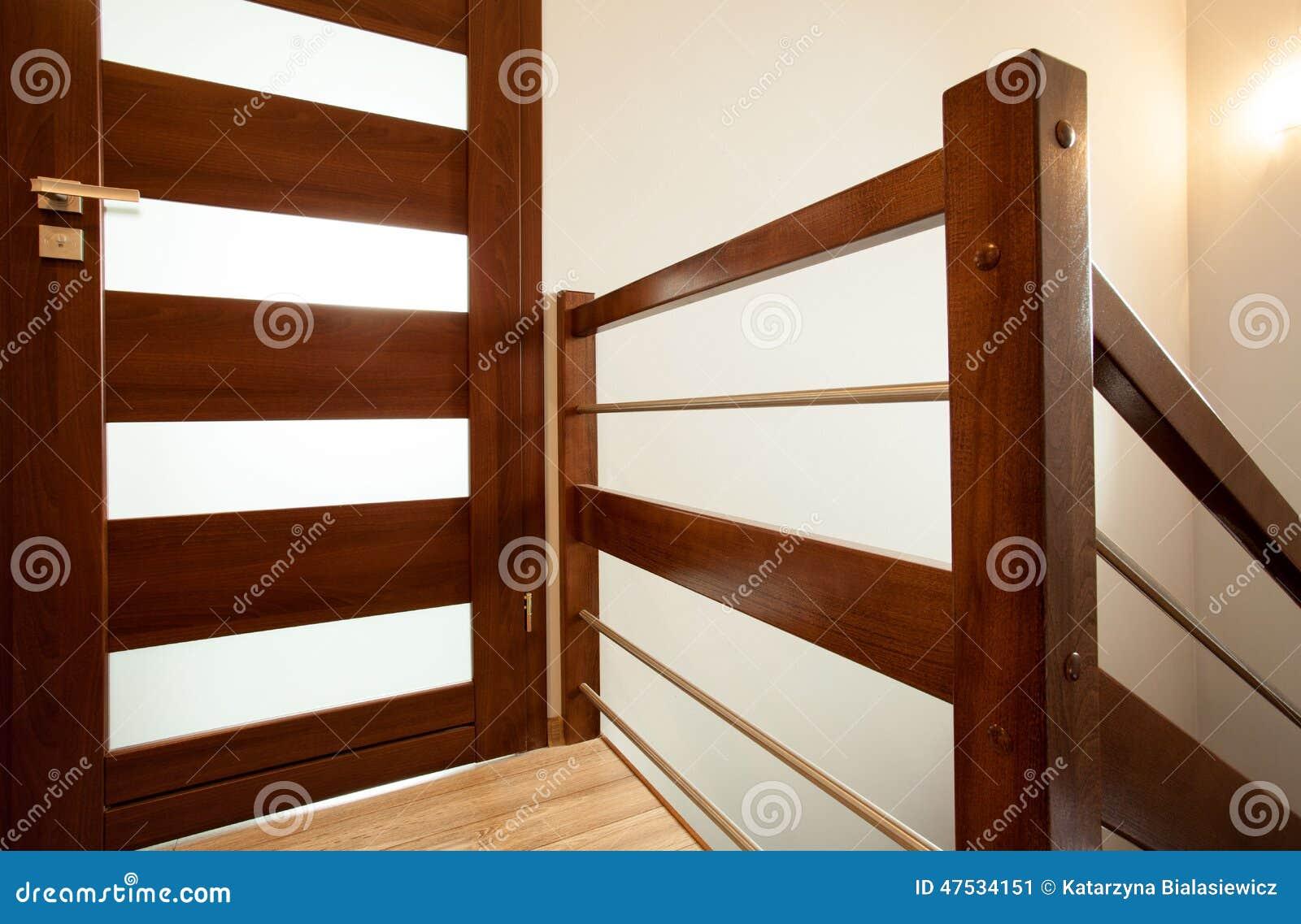 Corrim o de madeira em casa imagem de stock imagem 47534151 - Pasamanos de madera modernos ...