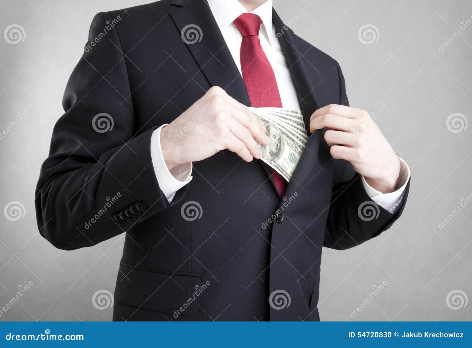Corruptie Mens die geld in de zak van het kostuumjasje zetten