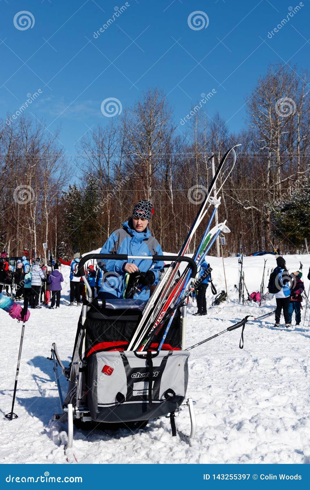 Corsa con gli sci del paese trasversale in Quebec