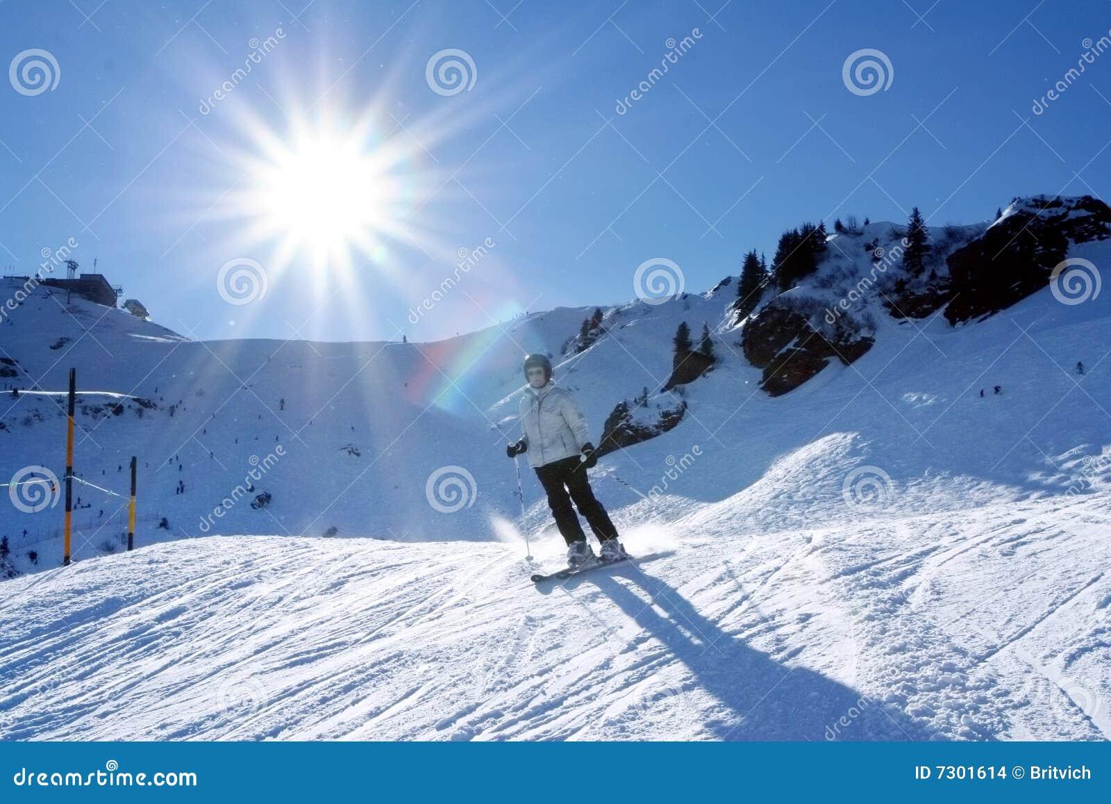 Corsa con gli sci della donna