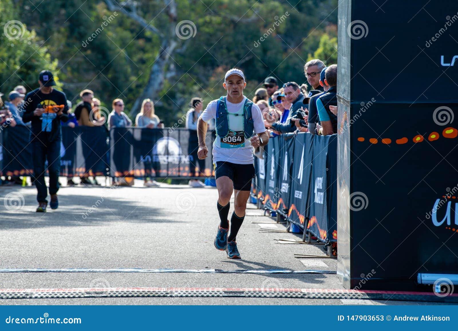Corsa dell Australia UTA11 della Ultra-traccia Corridore Tim Lovett all arrivo