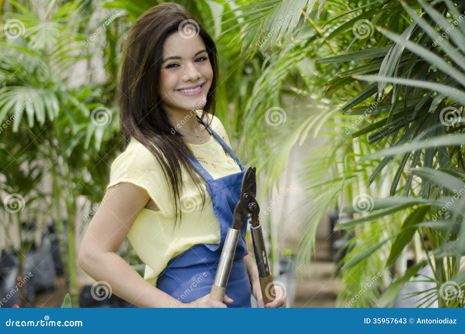 Cortar algunas ramas en el trabajo