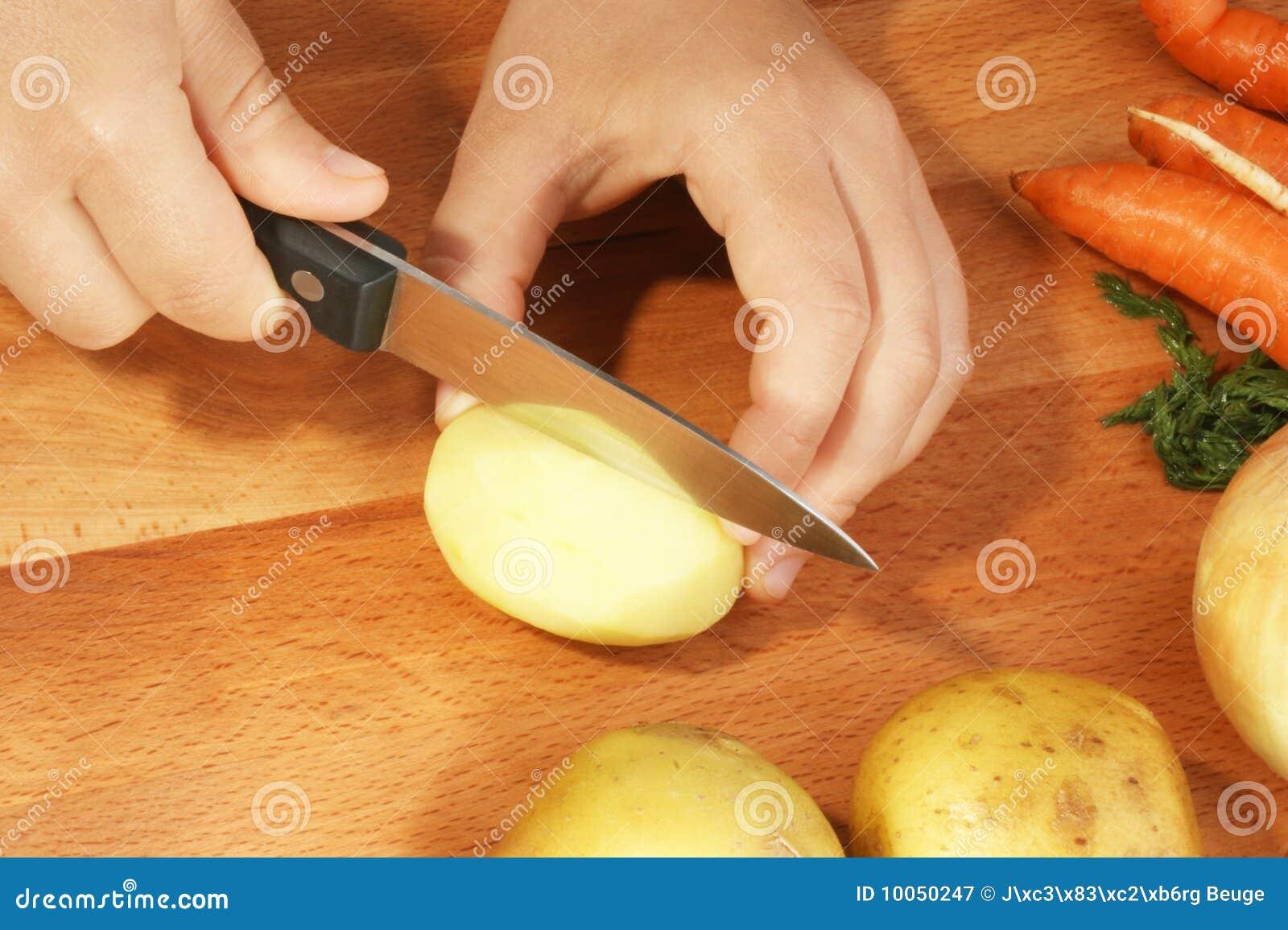 Corte a batata para fazer a sopa vegetal